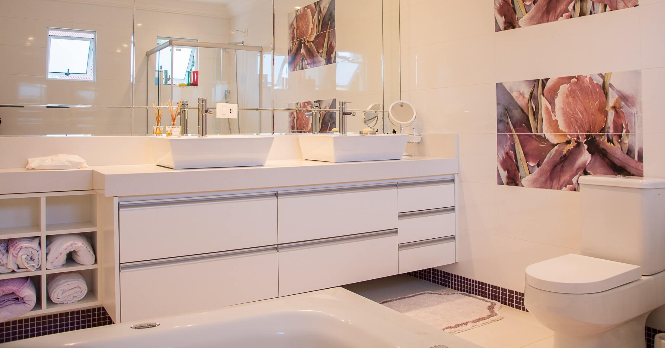 white bathroom splashback